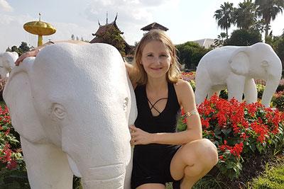 Elke mit einem Elefanten im Park in Chiang Mai