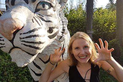 Elke mit einem Löwen in Thailand