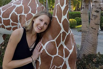 Elke mit einer Giraffe in Thailand
