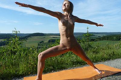 Elke nackt in der Kieger II Stellung beim Yoga
