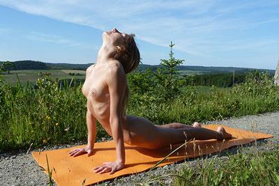 Nackt - Yoga-Stellung- der heraufschauende Hund