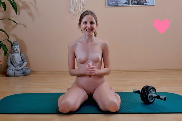 Nacktyoga Lehrerin Elke Lechner beim Nacktyoga Foto 03