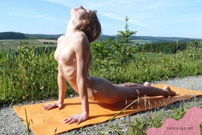 Nackt Yoga - der heraufschauende Hund